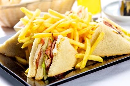 Club Sandwich - klassisch mit Pommes frites: Am meisten von Hotelgästen aufs Zimmer geordert