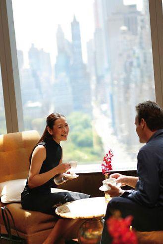 Neuer Video-Report bei HOTELIER TV & RADIO: Luxusurlaub ist gefragt - Gäste verhalten sich im Luxushotel anders (Foto: Mandarin Oriental New York City - Sky Lounge)