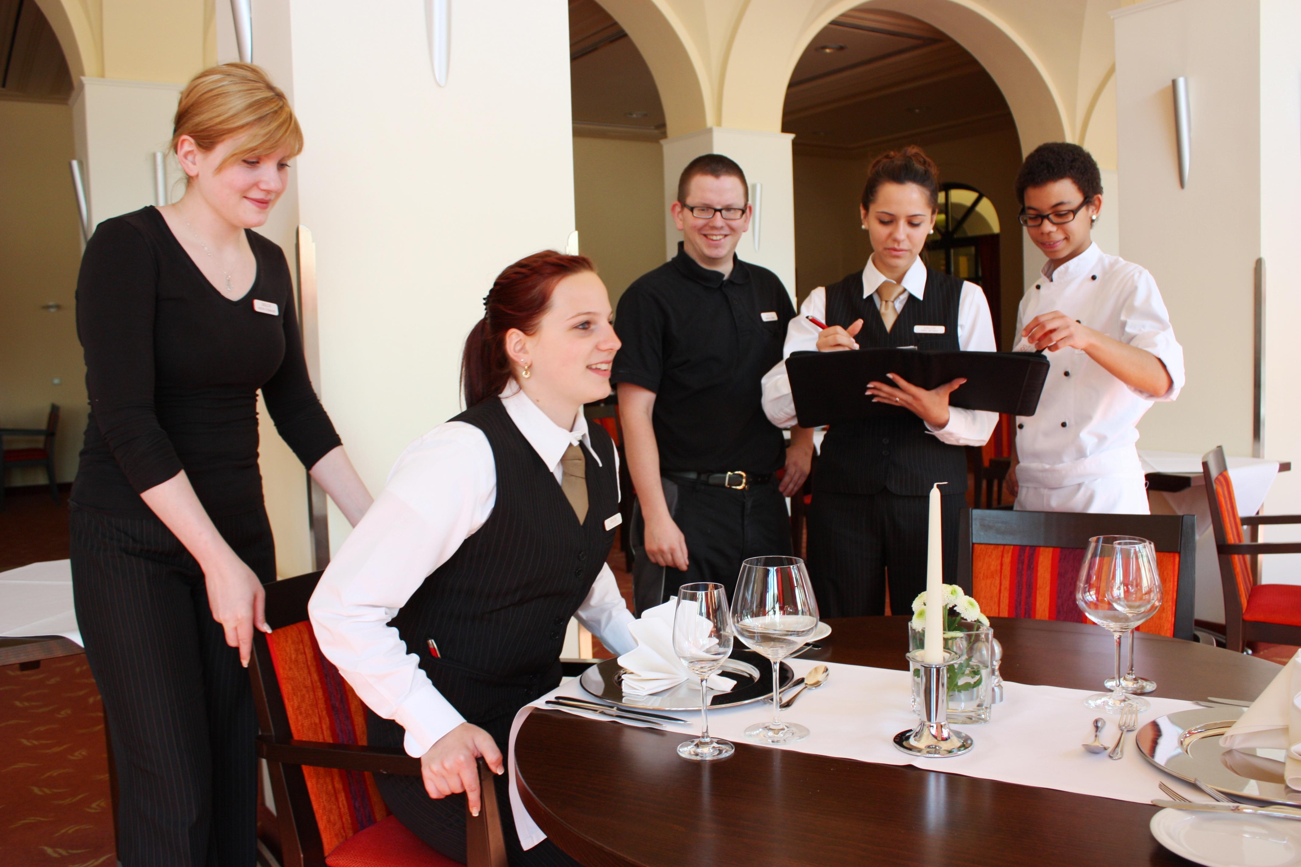 Dolce Bad Nauheim: Business-Knigge für Azubis - Seminar für geschliffene Umgangsformen bei - Benimmregeln erleben eine Renaissance - Besonders im Hotelgewerbe ist guter Stil unerlässlich