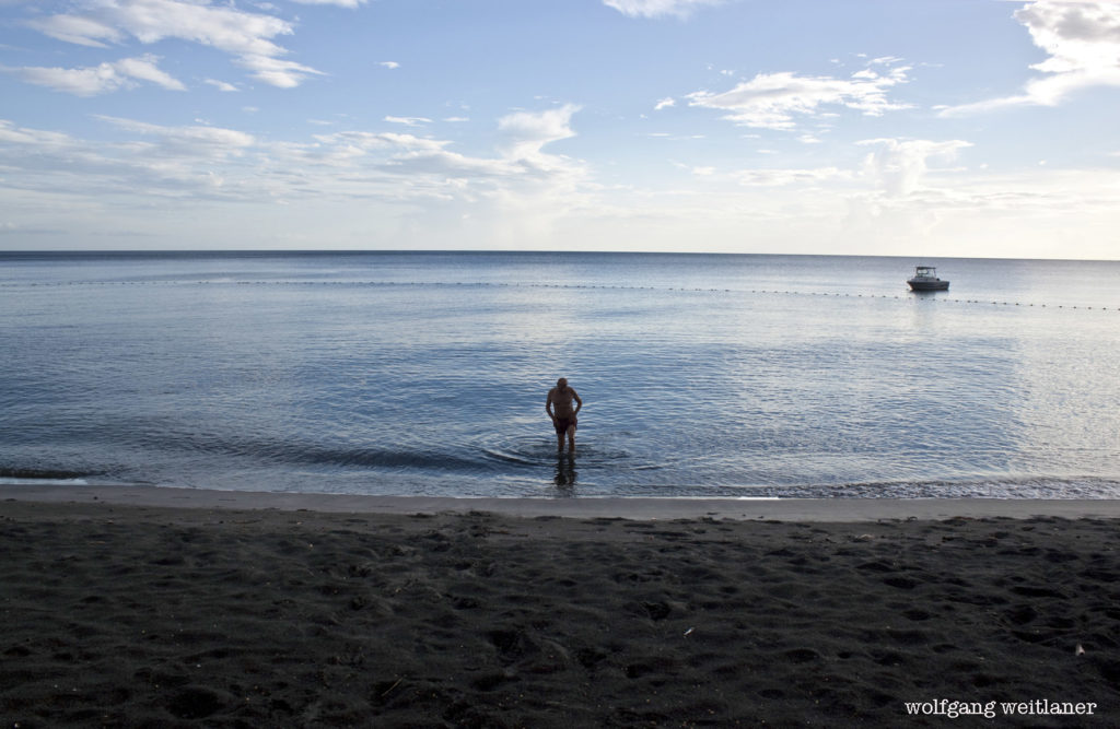 Auch Dominica hat einige Strände - die Badestrände finden sich auf der West- und Norddküste. Auf der Atlantikküste ist die Brandung stark. Der letzte Badegast vor Sonnenuntergang genoß den ganzen Strand für sich alleine.