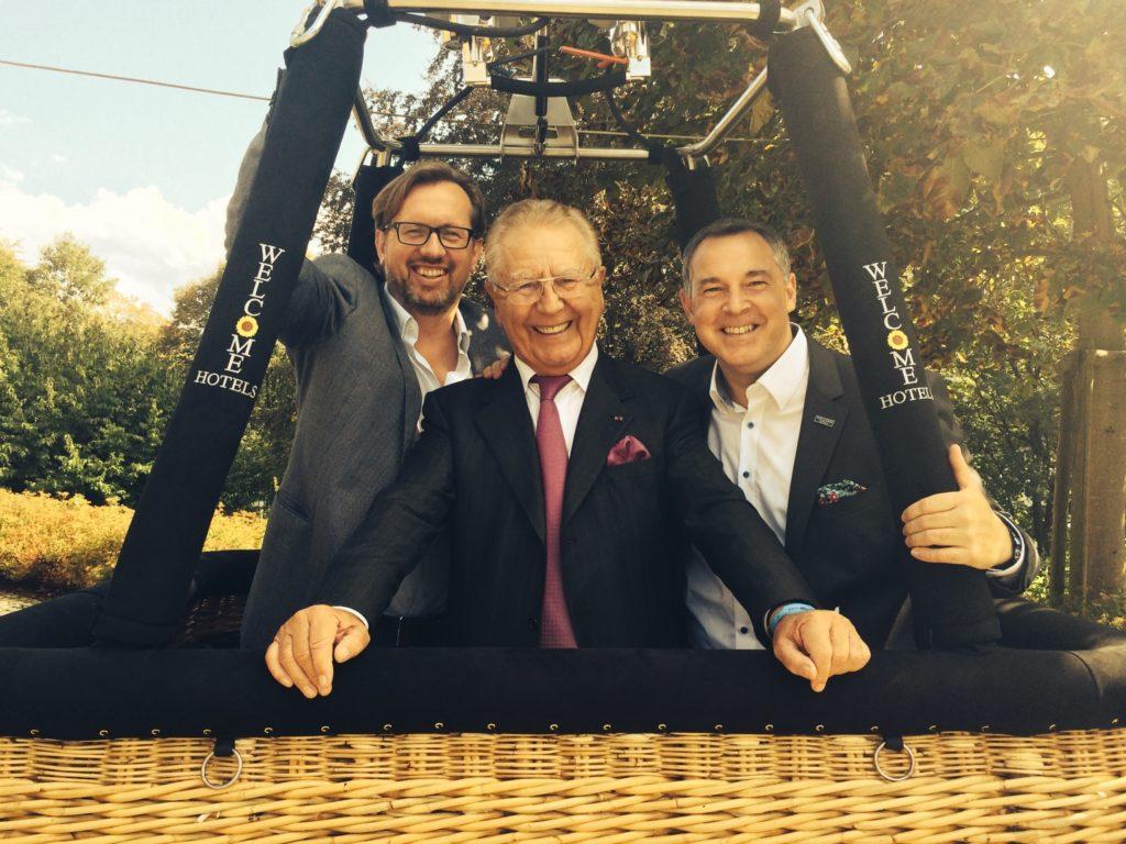 Höhenflieger: Heinz Horrmann (Mitte) mit Welcome-Hotels-Geschäftsführerduo Carsten Kritz (links) und Mario Pick
