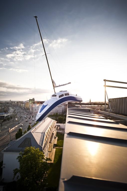 Hotel Daniel Vienna - Schiff von Erwin Wurm am Dach