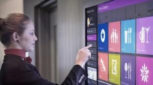 Tochscreen-TV in Hotellobby wie bei Novotel