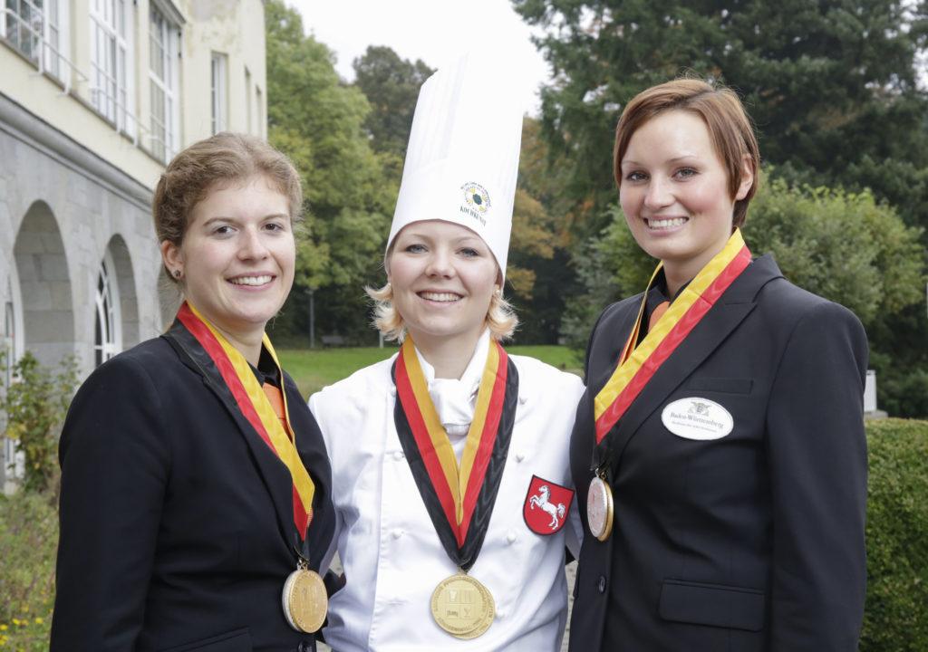 Die besten ihres Fachs: Gold-Köchin Beke Scharmacher (M.) mit der Siegerin unter den Hotelfachleuten Carolin Höferth und der bestplatzierten Restaurantfachfrau Luzia Schmid (r.)