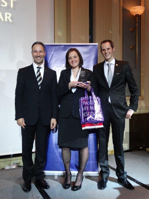 """Receptionist of the Year"" Evelyn Ebner mit Jurymitglied Hani El Sharkawi und AICR Präsident Christoph Holzhauer"