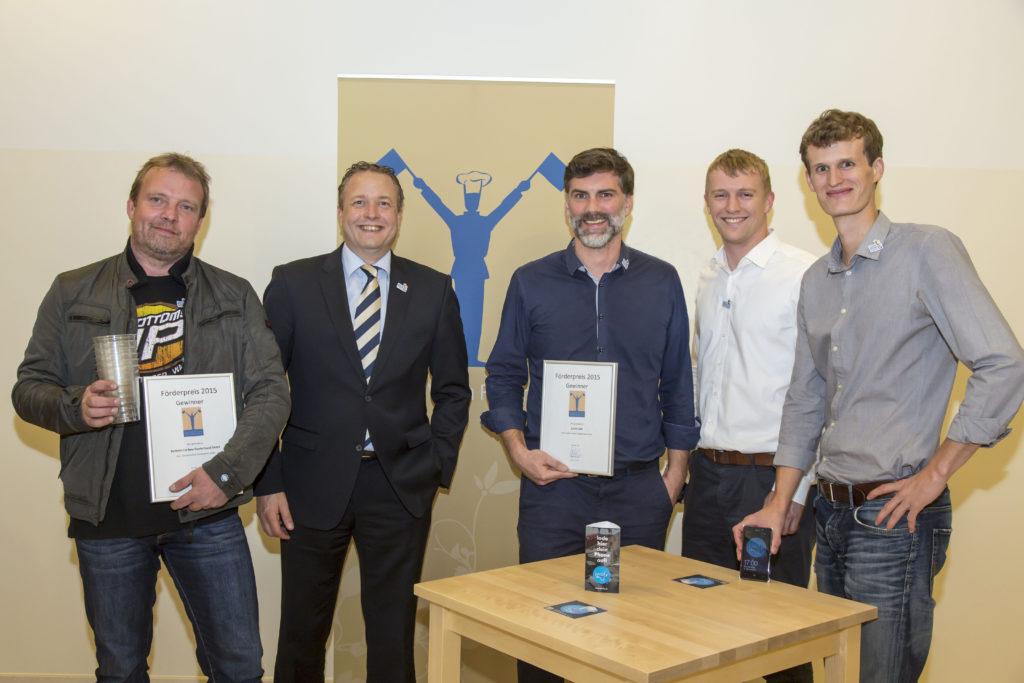 Die Gewinner des Förderpreises der Gastro Vision 2015 (von links): Jörg Blin (Bottoms Up Bier), Klaus Klische (Veranstalter und Initiator der Gastro Vision), Mathias Rüsch, Lennart Tremp und Tammo Wallisch von (Juicify)