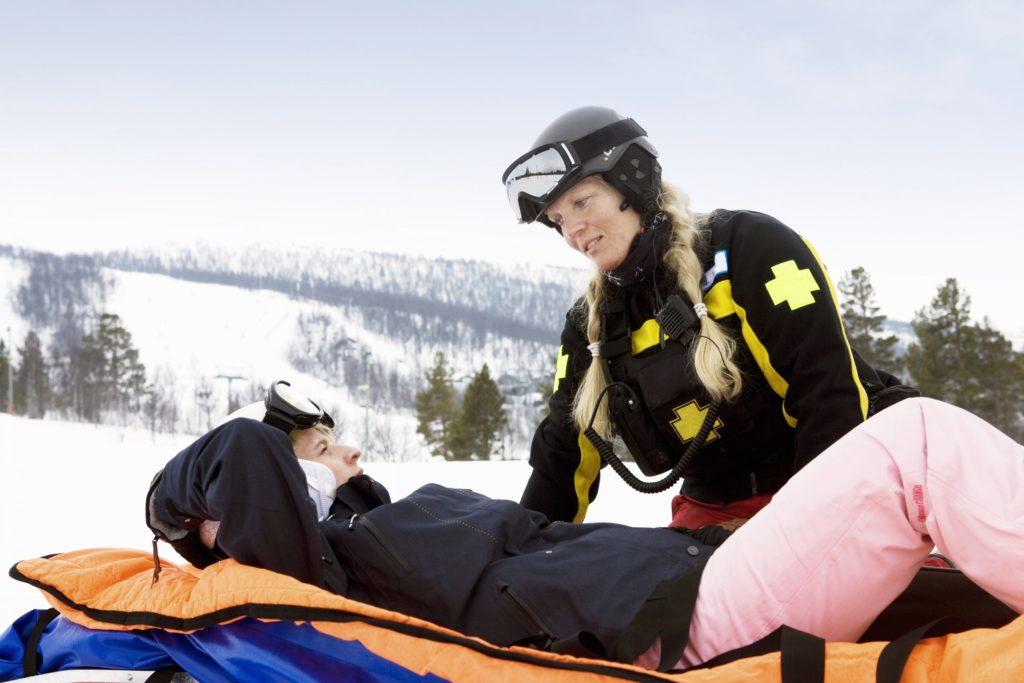 Unfall im Winterurlaub - die Notrufnummer 112 gilt länderübergreifend (Foto: Süddeutsche Krankenversicherung/Corbis)