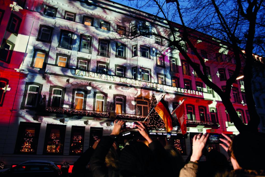 Spekakuläre Lichtinstallation am Fairmont Hotel Vier Jahreszeiten Hamburg - PR-Aktion von Swiss für mehr Achtsamkeit im Umgang miteinander