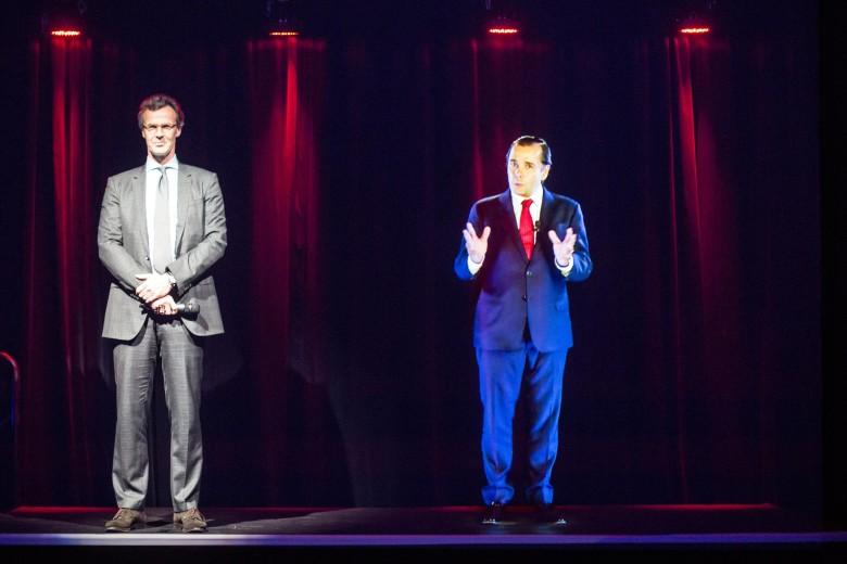 Innovative Telekonferenzen: NH-Konzernchef Federico Gonzalez Tejera (rechts als Hologramm) testet die Zukunftstechnologie; links ein NH-Pressesprecher (Foto: NH Hotels)