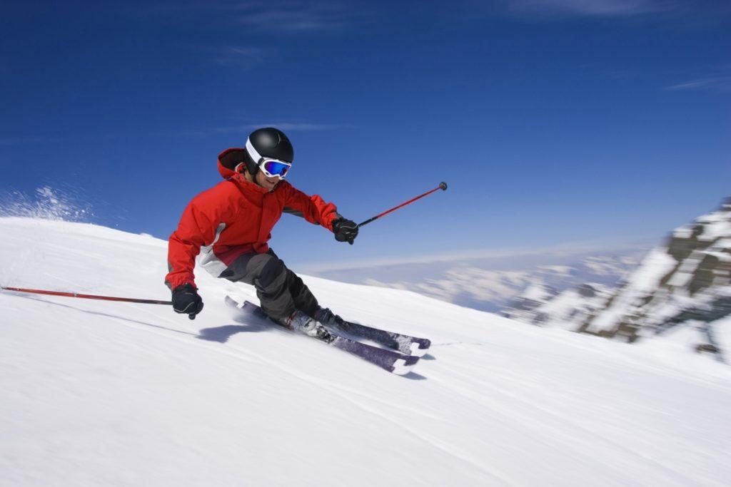 Gut ein Viertel der Deutschen (26 Prozent) übt eine Wintersportart aus. Das ergab eine repräsentative forsa-Umfrage im Auftrag von CosmosDirekt. Am häufigsten fahren die Befragten Ski (68 Prozent). Jeder vierte Wintersportfreund (25 Prozent) betreibt Langlauf, jeder fünfte (20 Prozent) das Schlittschuhlaufen.
