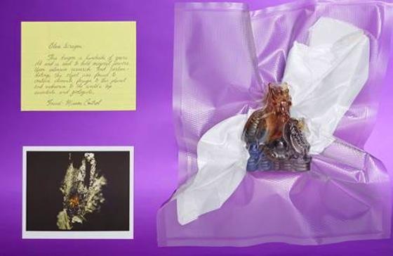 Yotel New York City - Lost & Found - Angeblich ist der kleine in Glas gefasste Drachen über hundert Jahre alt