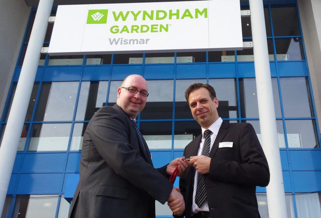 Eberhard Haist (General Manager Tryp by Wyndham Halle) und Marco Engbertz (General Manager Wyndham Garden Wismar)