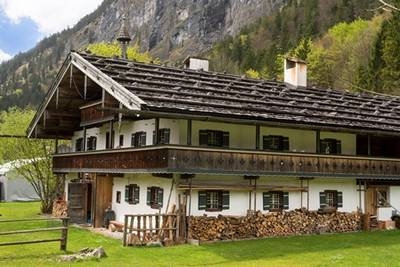 Raub der Flammen: 800 Jahre alter Bauernhof brennt ab - Sechs Tote im Straub Outdoorzentrum in Schneizlreuth