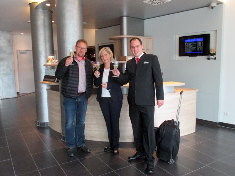Andreas von Consbruch (links) ist erster Gast im neu eröffnet Dorint Hotel Airport Stuttgart - mit: Hoteldirektorin Dagmar Lennartz und Front-Office-Manager Dario Tolksdorf