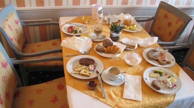 Übervolle Resteteller: Schweizer Hotel startet Aktion gegen Lebensmittelverschwendung (Foto: Hotel Monopol Luzern)