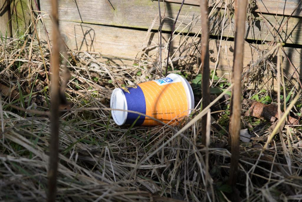 Coffee to go - Einweg-Pappbecher als wachsende Müll-Flut (Foto Holzmann/DUH)