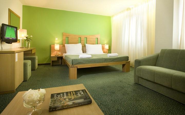 Hotelzimmer mit Couch - Hotel Jadra Hvranska