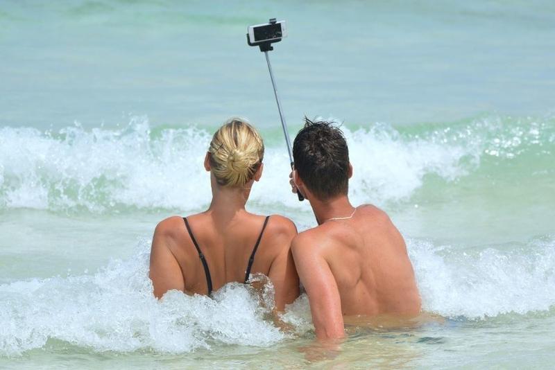 Waghalsige Selfies können tödlich sein (Foto: Axa Travel Assistance)