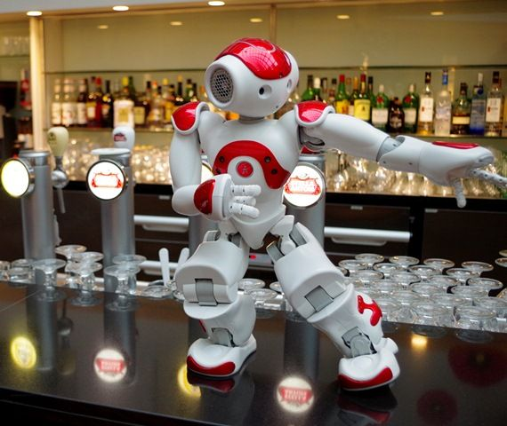 "Roboter ""Mario"" serviert im Hotel - Foto: Messe Berlin/QBMT"