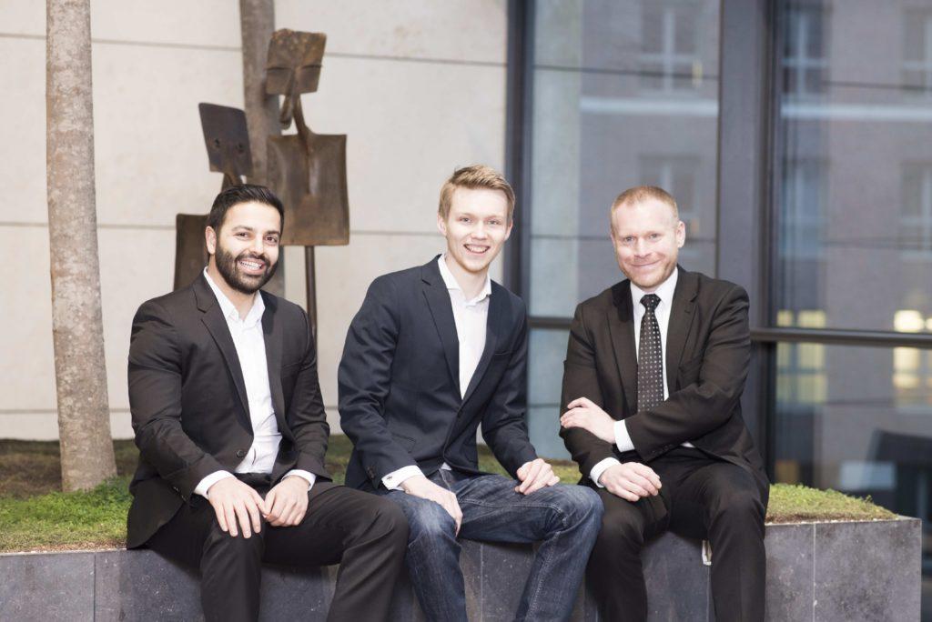 Start-up zahlt bis zu 400 Euro innerhalb von 48 Stunden bei Flugverspätung: (Von links) Mehdi Afridi, Konstantin Loebner und Jens Blaffert, Gründer von wirkaufendeinenflug.de / Foto: patrick-lux.de