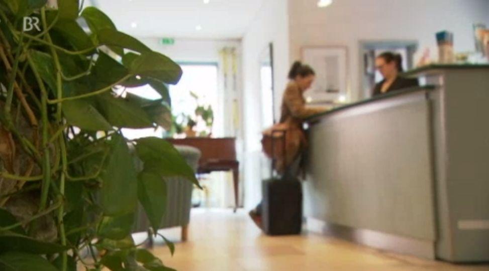 Anonym einchecken im Hotel: Meldeschein wird nicht geprüft - Sicherheitslücken im Gastgewerbe: Müssen die Meldeauflagen verschärft werden?