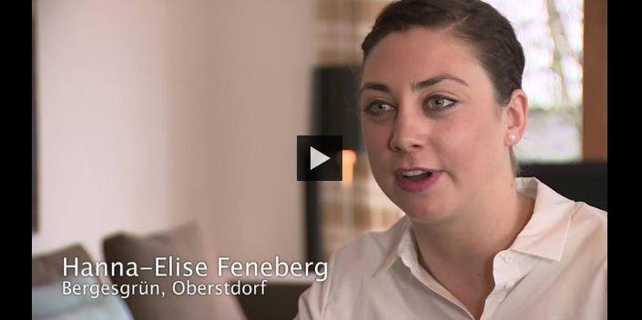 """Jeden Tag im Hotel: Ausbildung zur Hotelfachfrau - Hanna-Elise Feneberg hat Betriebswirtschaft studiert, jetzt lernt sie Hotelfachfrau. Nach einem erfolgreichen Studium standen Hanna-Elise Feneberg viele Berufswege offen. Sie entschied sich für einen Berufsalltag im Hotel und eine Ausbildung zur Hotelfachfrau, weil sie später einmal das Gästehaus ihres Vaters Peter Feneberg übernehmen möchte. Die beiden sind Botschafter der Kampagne """"Elternstolz"""" des Bayerischen Wirtschaftsministeriums, der Industrie- und Handelskammern in Bayern (BIHK) sowie der Arbeitsgemeinschaft der bayerischen Handwerkskammern (HWK)."""
