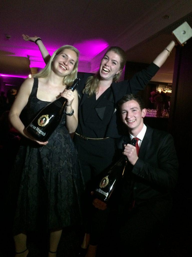 Das sind die Sieger des Azubi Contest 2016 der Selektion Deutscher #Luxushotels #SDL - Mitte: Vanessa Frömel (1. Platz, Azubi im 3. Lehrjahr, Ritz-Carlton Berlin), Lucas Eichholz (2. Platz, 3. Lj, Fairmont Hotel Vier Jahreszeiten Hamburg, Links: Laetitia Zipperlin (3. Platz, 3. Lj, Excelsior Ernst Hotel Köln)
