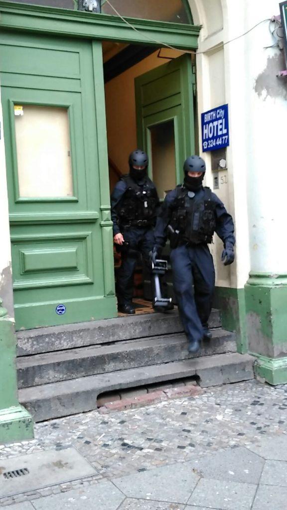 Pressefoto der Berliner Polizei - vor einem Hotel, das durchsucht worden war, da man darin Taschendiebe vermutete (Foto: Polizei Berlin)